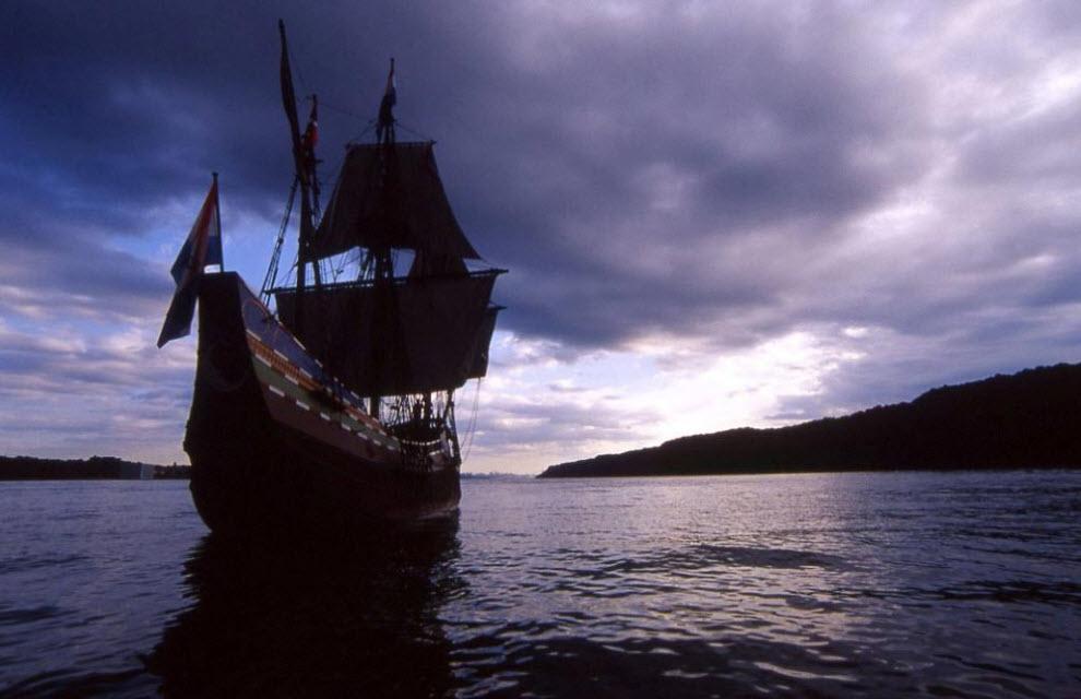 1. В честь 400-ой годовщины открытия острова Манхэттан репродукция экспедиционного корабля Генри Хадсона «Half Moon» величественно плывет на фоне утесов недалеко от Йонкерса, Нью-Йорк, на следующий день после помпезного парада в гавани Нью-Йорка. В этом году на реке Гудзон, которую первоначально исследовал Генри Хадсон и его команда в 1609 году, прошло множество событий в честь 400-ой годовщины. Последнее событие в этом году – годовщина 25 ноября, когда из США были выведены Британские войска в 1783 году после восьмилетней Войны за независимость. 25 ноября 2009 года Институт «Hudson River Valley Institute», а также несколько других групп и организаций отпразднуют 226-ую годовщину Дня вывода английских войск. Они зажгут пять сигнальных огней в Гудзон Хайлэндс. (Peter Guttman)