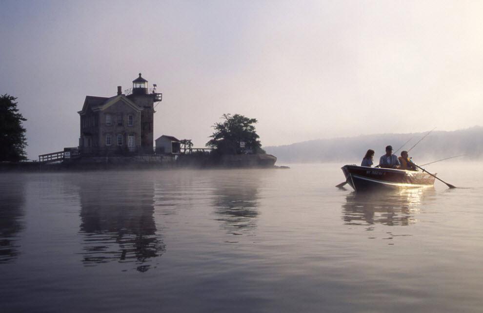 2. Туманное утро приветствует рыбаков, ищущих удачу в тени маяка Согертис. В том месте, где Эзопова бухта впадает в Гудзон, бывший маяк береговой охраны приветствовал моряков сигнальными огнями с 1869 года. (Peter Guttman)