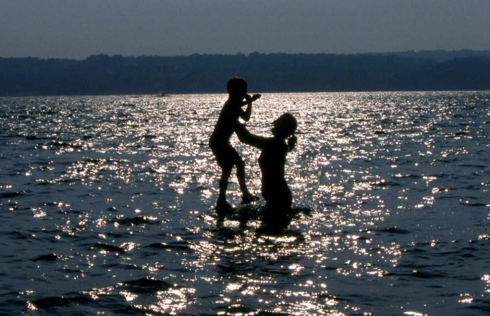 7. Мать и ребенок купаются в прохладной освежающей реке, снова безопасной для плавания. Прибрежные города вверх и вниз по реке Гудзон открывают набережные для отдыха и развлечения. (Peter Guttman)