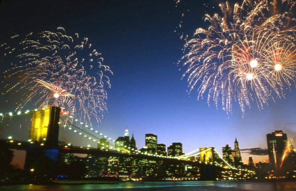10. Салют над Бруклинским мостом в честь его 125-летия. Известный мост всего в нескольких сантиметрах от реки Гудзон первоначально строился для соединения Манхэттена и стремительно разрастающегося Бруклина, который еще не вошел в состав города Нью-Йорк. (Peter Guttman)