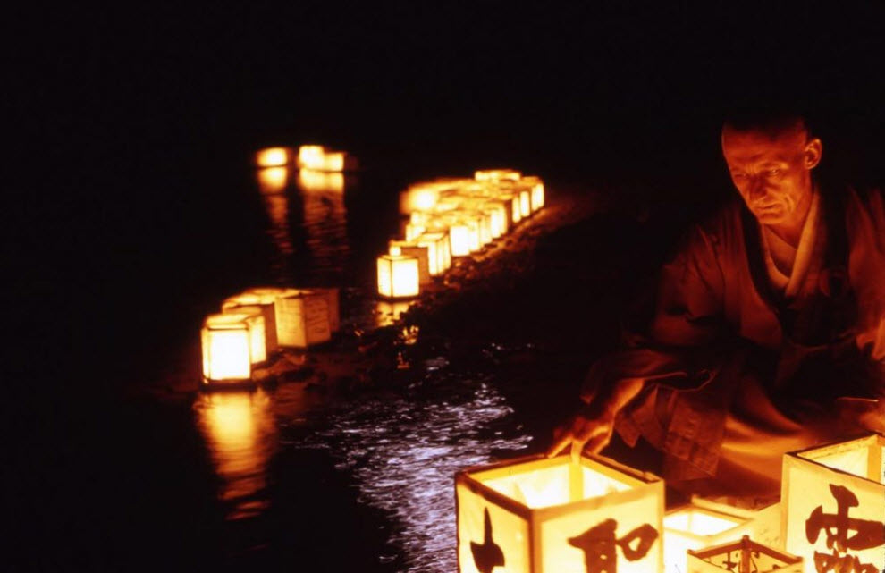 14. Освещенный лунным светом и мерцанием плывущих ламп, буддистский монах ласково отправляет по воде дань в буддистском монастыре Даи Босатсу Цендо. Эта церемония проходит на берегах озера Бичер – самого высокого в Кэтскилле – каждый год в августе, пока долину Гудзон «омывают» метеоритные дожди. (Peter Guttman)
