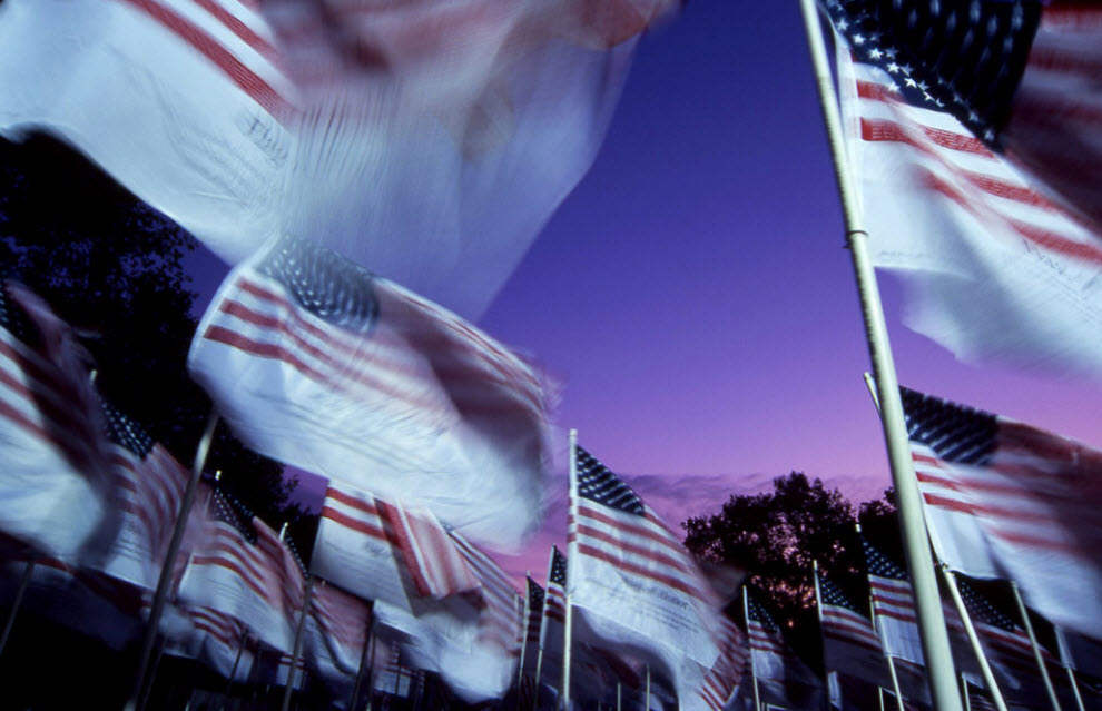 22. Сильный ветер развивает гордый патриотический пыл целого леса флагов, отдающих скорбную дань потерям в Нижнем Манхэттене в 2001 году. (Peter Guttman)