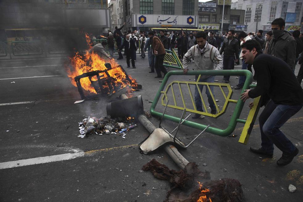 4. Иранские демонстранты блокировали проезд во время антиправительственных протестов в Тегеране 27 декабря. (AP)