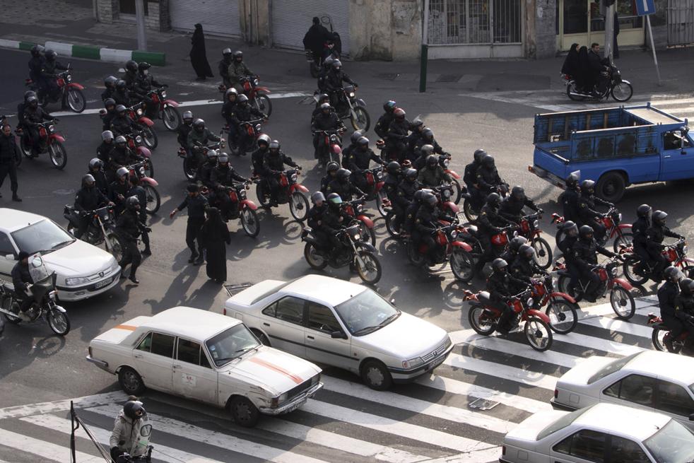 5. Отряд иранской полиции для разгона демонстрантов едут на мотоциклах во время антиправительственных протестов в Тегеране 27 декабря. (AP)