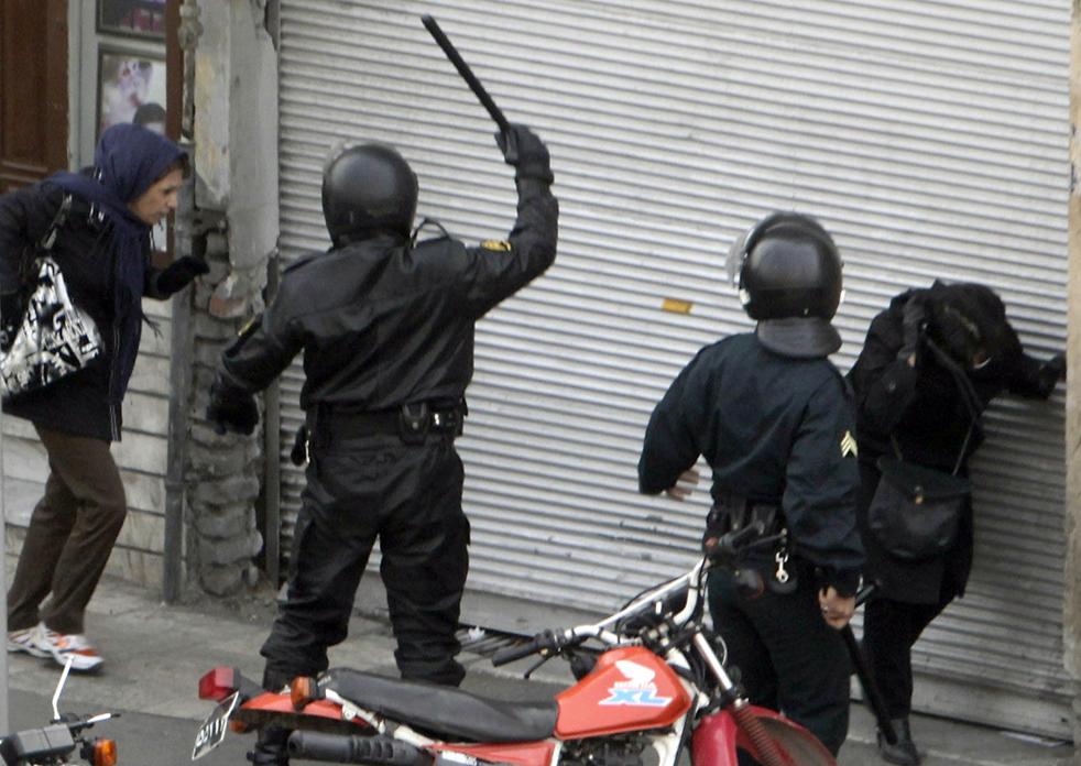 6. Иранские полицейские на мотоциклах окружили демонстрантов в Тегеране 27 декабря. Во время жестоких протестов в Тегеране офицеры службы безопасности убили несколько демонстрантов, включая племянника лидера оппозиционеров Мира Хоссейна. (AFP / Getty Images)