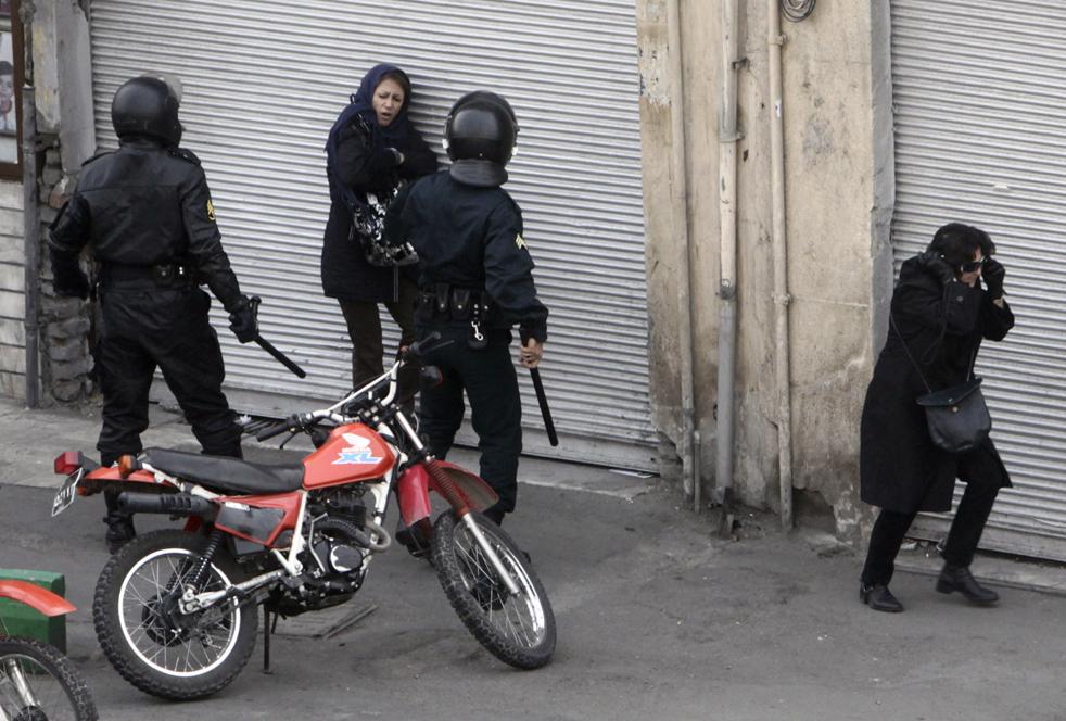 7. Иранский штурмовой отряд разгоняет демонстрантов на улицах Тегерана 27 декабря. (AP)