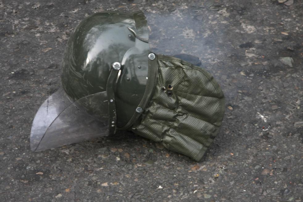 12. Шлем офицера штурмового отряда лежит на улице, после того, как демонстранты столкнулись со службами безопасности в Тегеране 27 декабря. (AP)