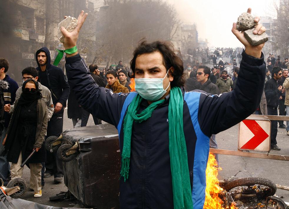 15. Сторонник иранской оппозиции во время столкновения с полицией в Тегеране 27 декабря. (AFP / Getty Images)