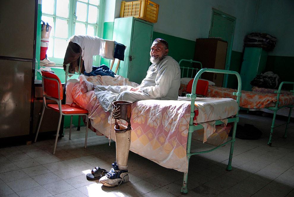 3. В Абу Заабале есть более просторная палат для мужчин и менее просторная – для женщин, так как женщины меньше подвержены риску заразиться проказой. Здесь есть большие и малые спальные помещения, где у каждого пациента есть собственная кровать и шкафчик. Также во многих комнатах есть телевизоры. Пациенты, потерявшие в результате болезни ноги или часть ноги, получили новые протезы, с которыми теперь учатся жить. Иногда даже трудно отличить ногу от протеза. (Claudia Wiens)