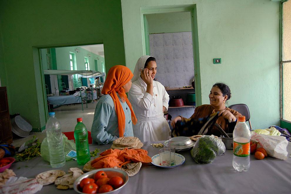 5. Сестра Лаура – единственная монахиня из Египта, работающая в колонии вот уже пять лет в качестве медсестры. Каждое утро она обходит всех женщин, промывает им раны и успокаивает, шутит и смеется с ними. (Claudia Wiens)