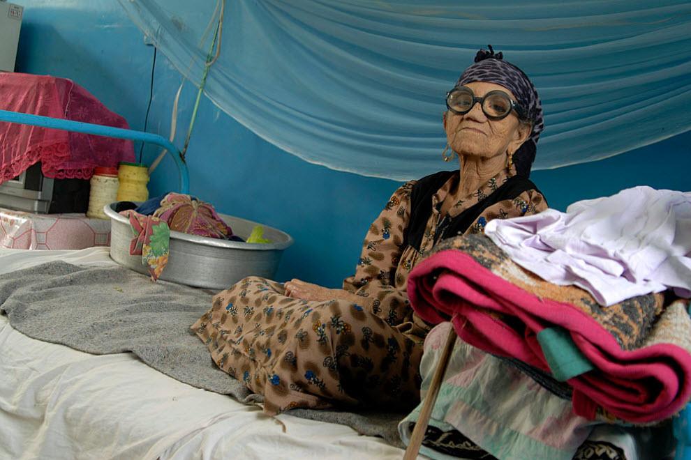 8. В Абу Заабале живет около 1200 пациенток и еще около 130 приходят сюда на лечение. 85-летняя Сенейя живет здесь уже более 50 лет. Хотя ее ноги и руки деформировались, она может ходить и готовить себе еду. В беседе она совершенно чиста и открыта. Она любит петь, подтрунивать над другими, более молодыми пациентами и имеет довольно злое чувство юмора. (Claudia Wiens)