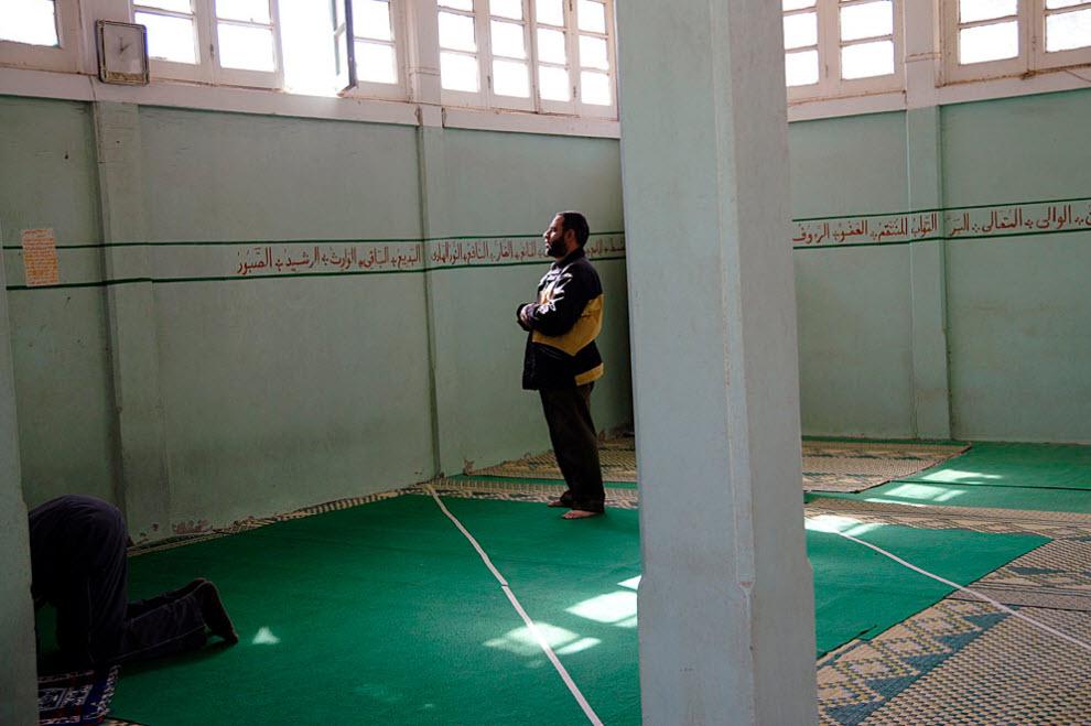 11. Небольшая мечеть в центре Абу Заабал – сюда часто приходят все, кто может ходить. Христианских пациентов регулярно навещает священник. (Claudia Wiens)