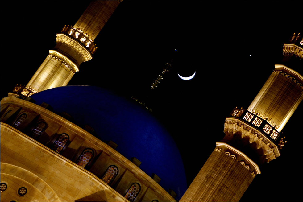 3. Полумесяц в редком союзе с планетами Юпитер (справа) и Венера (слева) над мечетью Муххамеда аль-Амина 1 декабря в Бейруте. (AFP / Getty Images / Anwar Amro)
