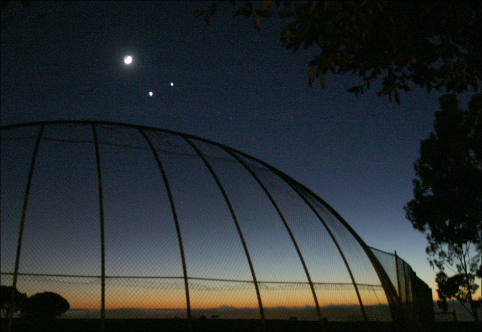5. Луна (слева), Венера (внизу в центре) и Юпитер (справа) в «совместном полете» в понедельник около 6 часов вечера над океаном. Снимок сделан в парке Фред Хесс в Ранчо Палос Вердес. (AP / Daily Breeze / Chuck Bennett)