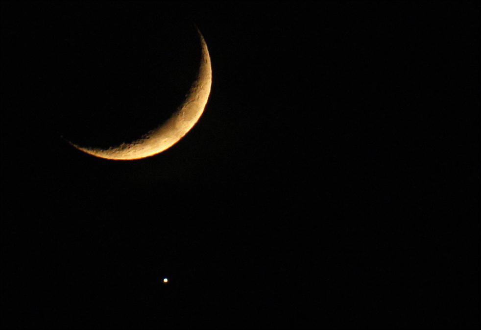 6. На этом снимке, сделанном 1 декабря в Нисе, южная Франция, видна тень луны, падающая на планету Венера. Лунная «маскировка» похожа на солнечное затмение, только скрытой оказывается Венера, а не Солнце. (AFP / Getty Images / Valery Hache)