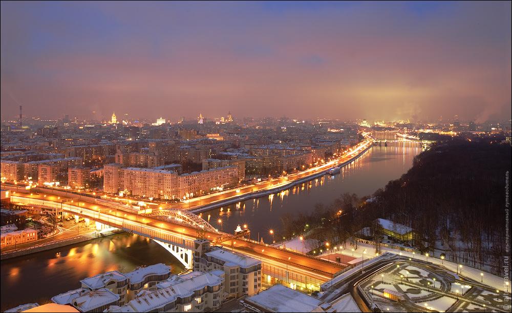 11. Вид в центр города. На переднем плане Новоандреевский автодорожный мост на ТТК, далее Фрунзенская набережная, справа на горизонте — Кремль.