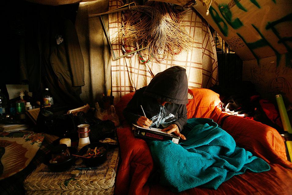 10) Аманда Ховард, 31 год, рисует в своей палатке под мостом на 7-й улице в Лонг Бич. (Francine Orr/LAT)