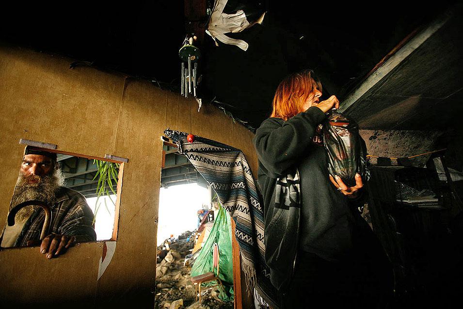 """7) Бездомный, по кличке """"Джокер"""" заглядывает в окно лачуги Джолены Масгрув. (Francine Orr/LAT)"""