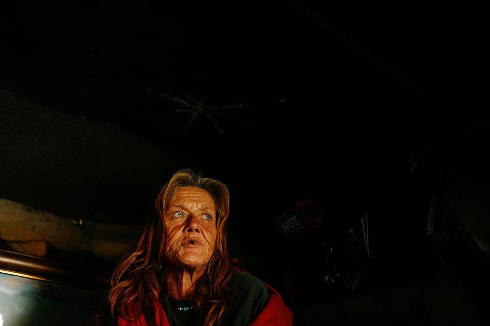 """5) 51-летняя Джолена Масгрув, говорит """"жизнь на реке стала гораздо сложнее"""". Джолена живет под мостом на 7-й улице в Лонг Бич. """"Люди стали более жестокими"""", - говорит она, - """"Они хотят получать больше за просто так. Они высматривают, что у тебя есть, и полны решимости заполучить это неважно каким способом, вы понимаете? Если они для этого должны тебя убить, они сделают это не задумываясь."""" (Francine Orr/LAT)"""