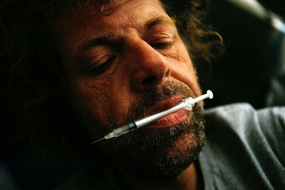 """3) 42-летний Джон Лейки, признается, что он наркоман и ему не нужна ничья помощь. Он говорит: """"Я хочу так обдолбаться, чтобы не чувствовать себя плохо, чтобы я мог просто рисовать свои рисунки и умереть хоть немного счастливым, потому что я никогда не был счастлив в этом мире."""" (Francine Orr/LAT)"""