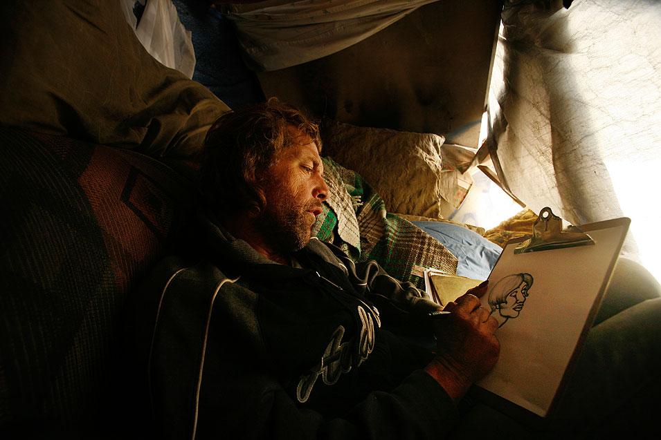 4) Лейки уходит от реальности, погружаясь в рисование. (Francine Orr/LAT)