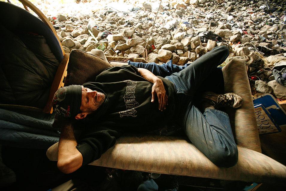 2) Ричард, который так же не называет свою фамилию, отдыхает под мостом. Когда-то он просил милостыню на улицах, а теперь у него рак. В начале ноября его избили семеро. (Francine Orr/LAT)