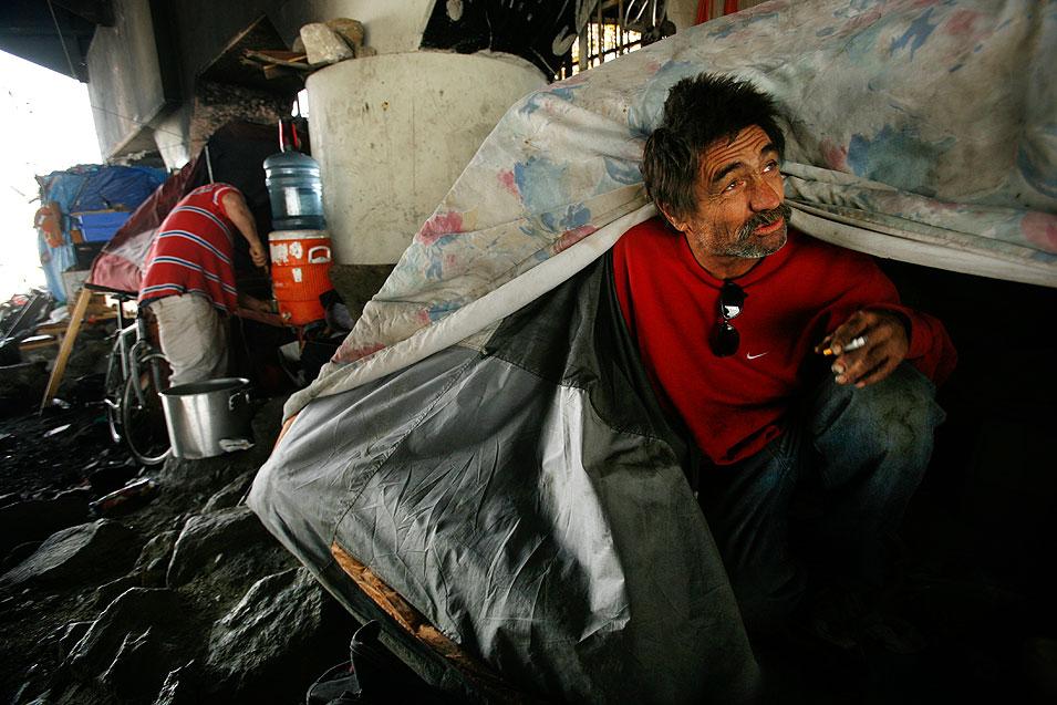 1) Томми, который не сказал своей фамилии, говорит, что до того, как оказаться на улице, красил яхты. Он живет в палатке со своей собакой по кличке Джек. Томми делает выпечку в самодельной духовке. (Francine Orr/LAT)