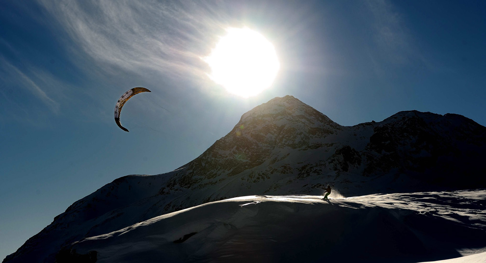 4. Спортсмен зимнего кайта Питер Мюллер покоряет склоны перевала Бернина недалеко от Сент-Морица в Кантон Грисонс, Юго-восточная Швейцария, 17 декабря 2009 года. (AP Photo/Keystone, Dietmar Stiplovsek)