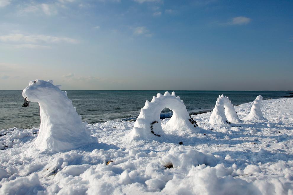 6. Лохнесское чудовище появилось – в снежной форме – на Брайтон Бич в Брайтоне, южная Англия, 18 декабря 2009 года. (GLYN KIRK/AFP/Getty Images)