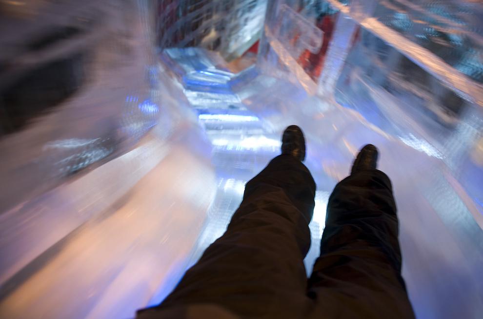 12. Турист едет по 6-метровой горке на выставке «ICE!» - волшебной зимней стране, созданной из 2 миллионов фунтов льда, в Форт Вашингтон, штат Мэриленд, 18 декабря 2009 года. (JIM WATSON/AFP/Getty Images)