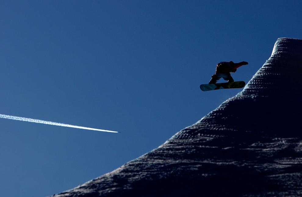 20. Сноубордист участвует в Гран-при США по сноуборду 11 декабря 2009 года на горе Купер в Колорадо. (Streeter Lecka/Getty Images)