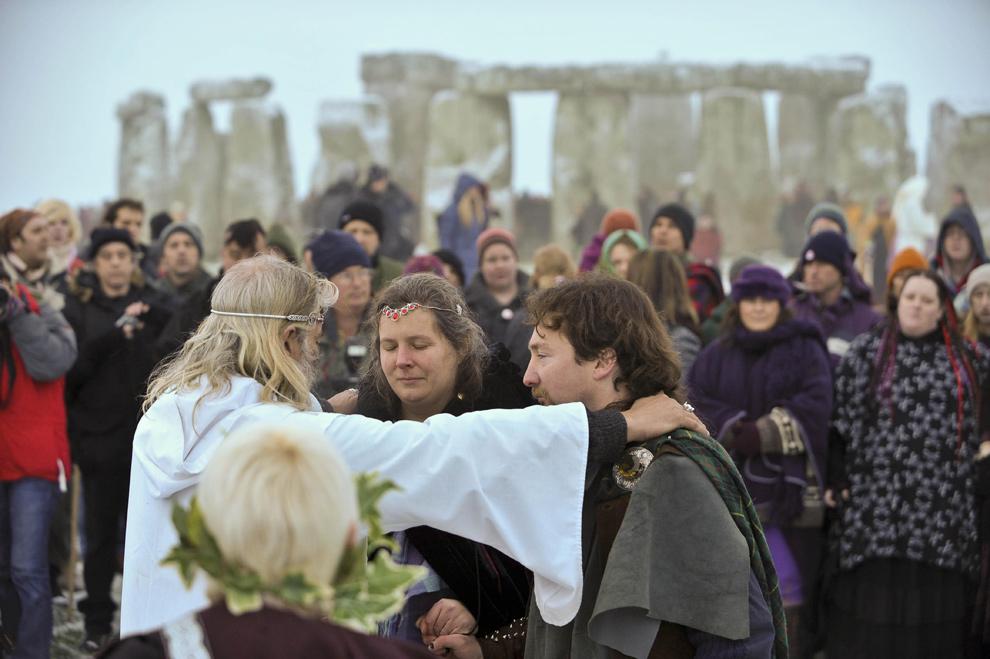 22. Люди принимают участие в друидском ритуале у Каменного круга у Стоунхенджа в южной Англии во время празднования друидами Дня зимнего солнцестояния 22 декабря 2009 года. (AP PhotoBen Birchall/PA)
