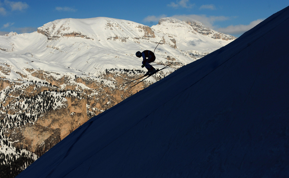26. Лыжник участвует в первой тренировочной сессии Кубка мира по спуску на лыжах среди мужчин 16 декабря 2009 года. (CHRISTOPHE SIMON/AFP/Getty Images)