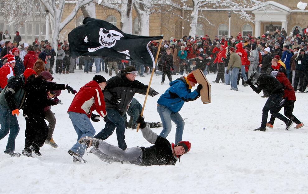 29. Студенты университета Висконсин-Мэдисон играют в снежки на Баском Хилл 9 декабря 2009 года в Мэдисоне. (Andy Manis/Getty Images)