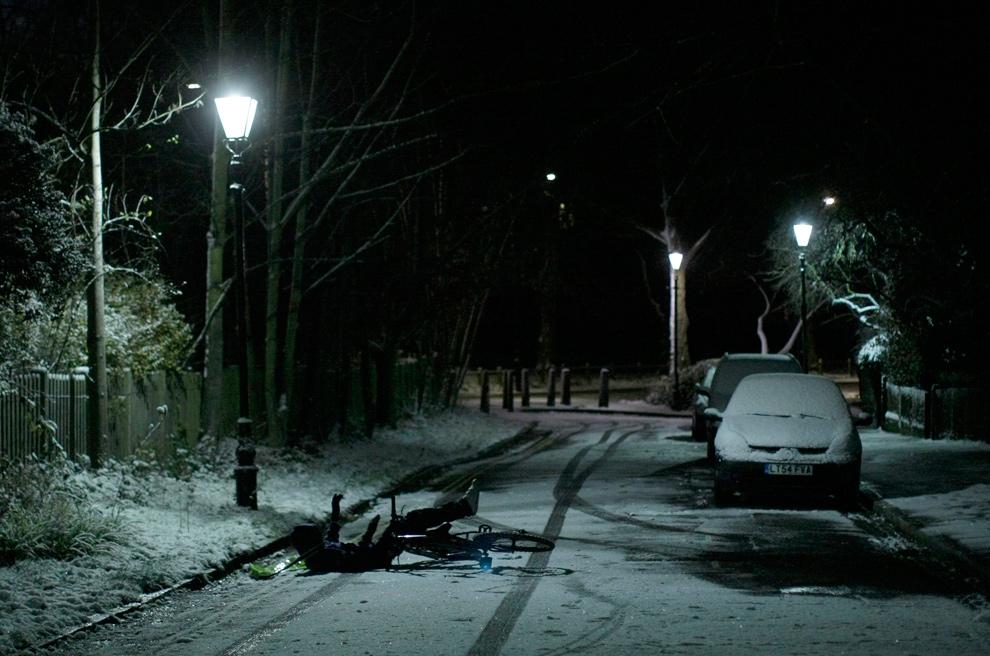 33. Разносчик газет упал с велосипеда после снегопада в Лондоне 18 декабря 2009 года. (AP Photo/Matt Dunham)