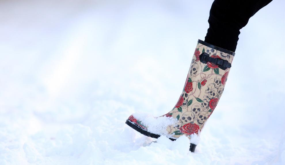 37. Женщина идет по снегу у прибрежного города Бэлликасл на берегу залива Северный Антрим, Северная Ирландия, 20 декабря 2009 года. (REUTERS/Cathal McNaughton)