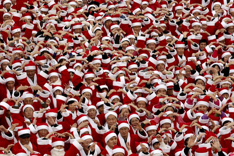 Сотни Санта Клаусов 2 декабря. (AFP / Getty Images / Raul Arboleda)