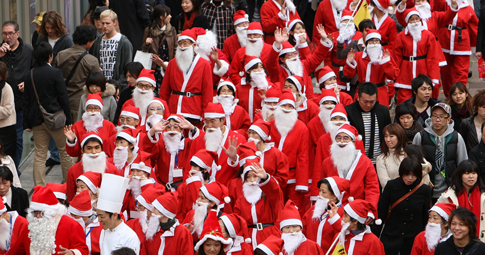 3. Члены школы Санта Клаусов идут по району Омотесандо 29 ноября в Токио. Более 60 Санта Клаусов приняло участие в параде, направлявшемся в один из самых популярных магазинов игрушек в Токио - 'Kiddy Land'. (Getty Images / Junko Kimura)