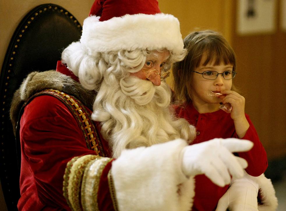 7. Санта Клаус указывает  4-летней Мэган Сандерс на объектив фотоаппарата во время 28-ой ежегодной церемонии открытия праздничной елки в ротонде Капитолия во вторник 1 декабря в Салеме, штат Орегон. 9 Statesman Journal / Timothy J. Gonzalez)