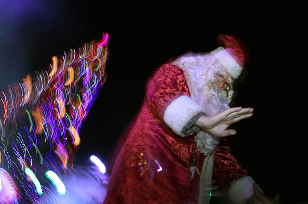 11. Санта Клаус празднует церемонию зажжения самой большой елки в столице Болгарии Софии во вторник 1 декабря. (AP / Valentina Petrova)