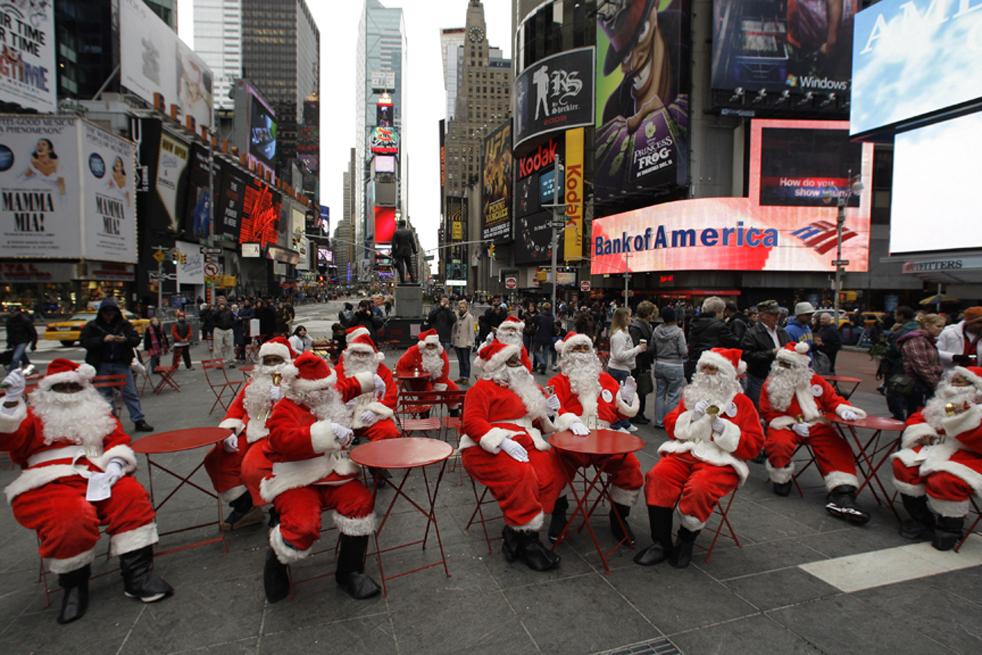 13. Люди принимают участие в 107-ом ежегодном параде Санта Клаусов-добровольцев в пятницу 27 ноября в Нью-Йорке. (AP / Frank Franklin II)