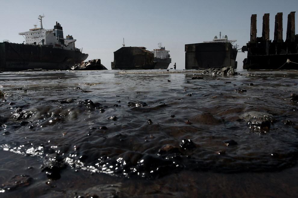 1. Густое черное масло и сгоревшее топливо с корабля загрязняют воду в прибрежной зоне на кладбище кораблей в Ситакунде. Загрязнение здесь настолько сильное, что иногда просто трудно дышать. (Jashim Salam)