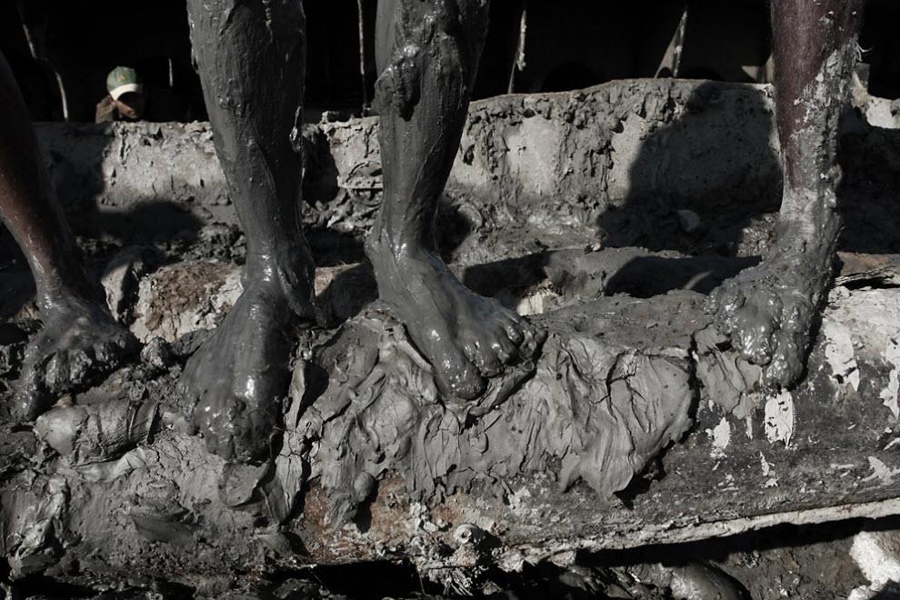 3. Прилив моря наполняет грязью части разбитых кораблей, и рабочим приходится вычищать эту грязь, чтобы удобнее было срезать металл. (Jashim Salam)