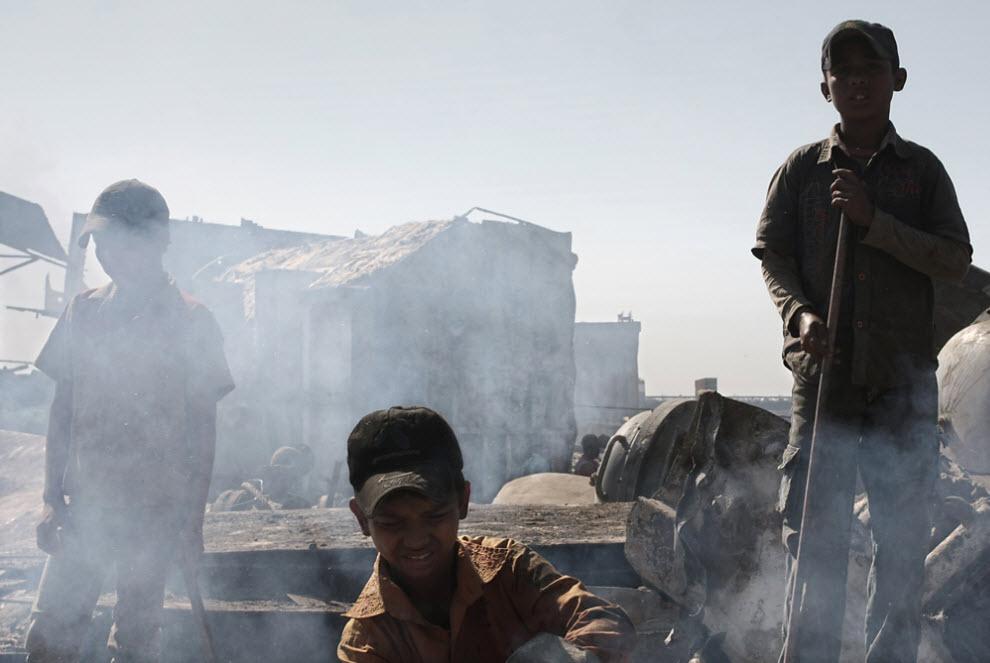 4. Дети – довольно часто работают на кладбище кораблей. 40% рабочих в подобных местах разделки судов на металлолом – дети, так как детский труд обходится намного дешевле. (Jashim Salam)