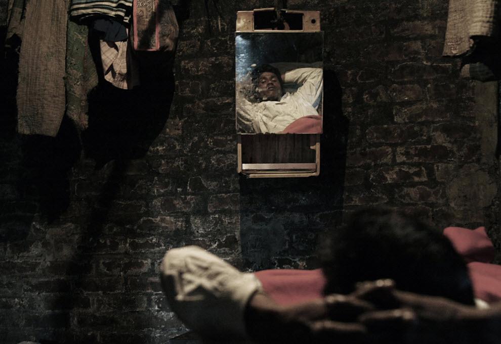 8. «Последние три дня я не мог работать из-за температуры. А ведь мне нужно платить 350 так (около 5 долларов) каждую неделю за еду и покупать себе лекарства. Владелец платит только, если кто-то серьезно пострадал на рабочем месте. Как же мне сэкономить денег, чтобы отослать их своей семье, если я заболел», - говорит Нуур Хоссейн , рабочий по слому старых кораблей из Динаипура. (Jashim Salam)