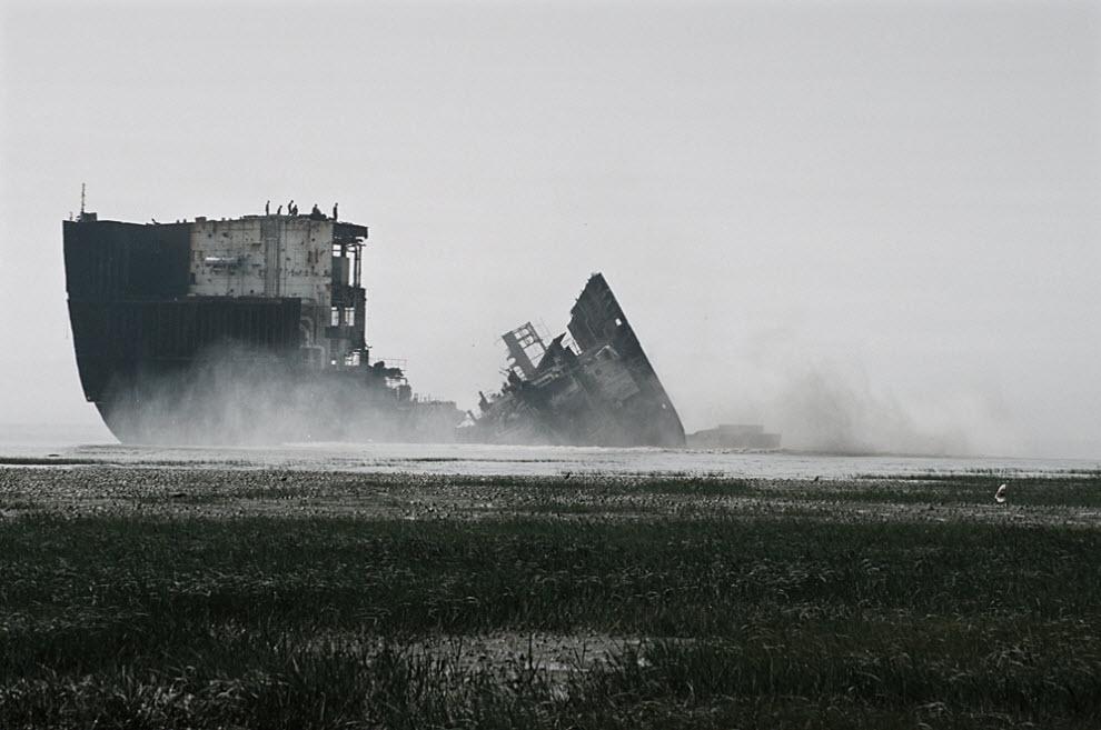 10. Большие корабли сначала разрезают на две половины на мели, а затем оттаскивают на главный «двор» для дальнейшего разрезания. (Jashim Salam)