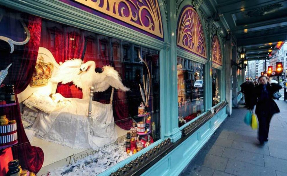 1) Покупатели рассматривают рождественскую витрину универмага «Fortnum & Mason» в Лондоне. Первый магазин «Fortnum & Mason» появился в 1707 году и специализировался на колониальных товарах. Сегодня – это целая сеть магазинов продуктовых подарков и ресторанов. (Ian Gavan, Getty Images)