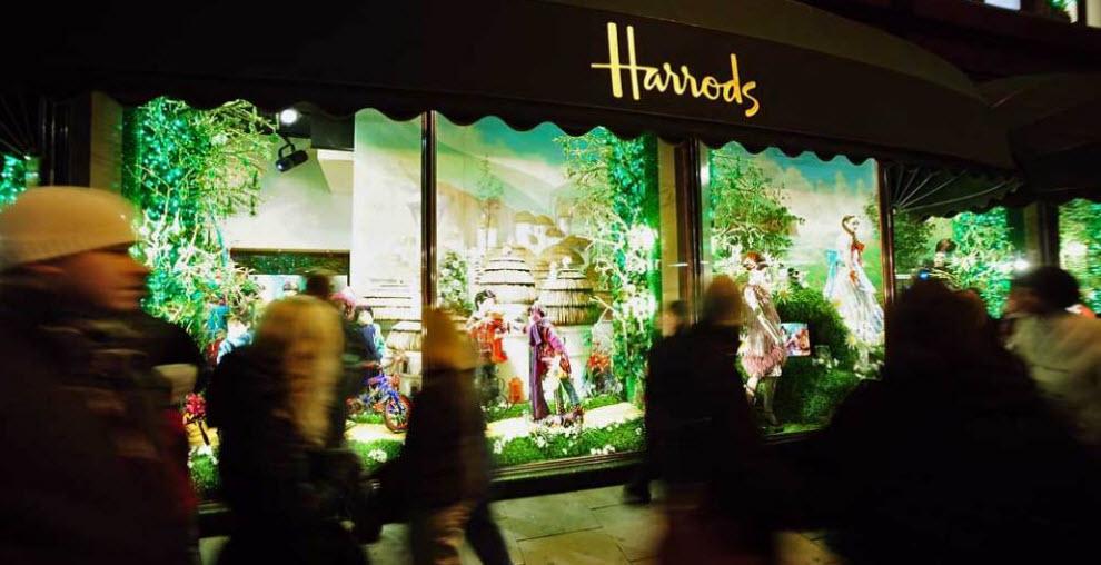 """2) Покупатели проходят мимо рождественской витрины универмага «Harrods» в лондонском районе Найтсбридж. Универмаг """"Harrod's"""", один из самых известных магазинов в мире, – является одним из символов британской столицы. Тут расположено более 300 отделов и можно купить более 1 миллиона наименований товаров.  (Ian Gavan, Getty Images)"""
