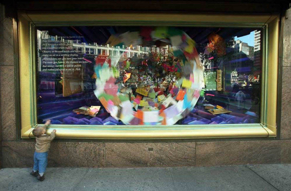 3) Ребенок смотрит на рождественскую витрину старейшего универмага Нью-Йорка  «Macy's». Компания «Macy's» была основана в 1858 году и знаменита тем, что является главным  спонсором знаменитого нью-йорского парада на День Благодарения. (Mario Tama, Getty Images)