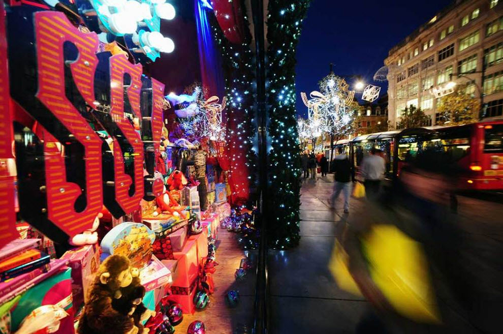 6) Прохожие идут мимо празднично украшенных витрин лондонского универмага «Selfridges» на Оксфорд-стрит, который в этом году празднует свой столетний юбилей. (Ian Gavan, Getty Images)